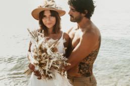 mariage à la plage le pieds dans l'eau a montpellier. Couple de marié tatoués