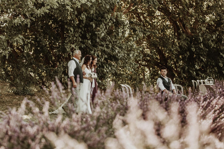mariage dans un champ de lavande