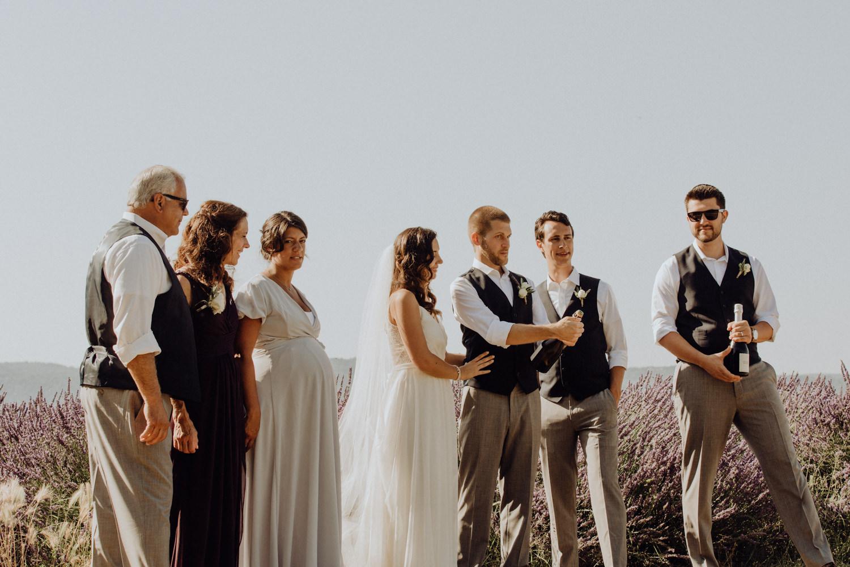 petit mariage romantique dans un champ de lavande