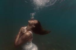 photo femme sous l'eau, photo underwater. A la plage, la mer de Frontignan femme sous l'eau