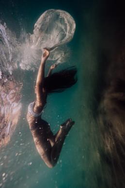 photo de femme sous l'eau dans la mer de Montpellier, en maillot de bain. underwater photographie, monde subaquatique