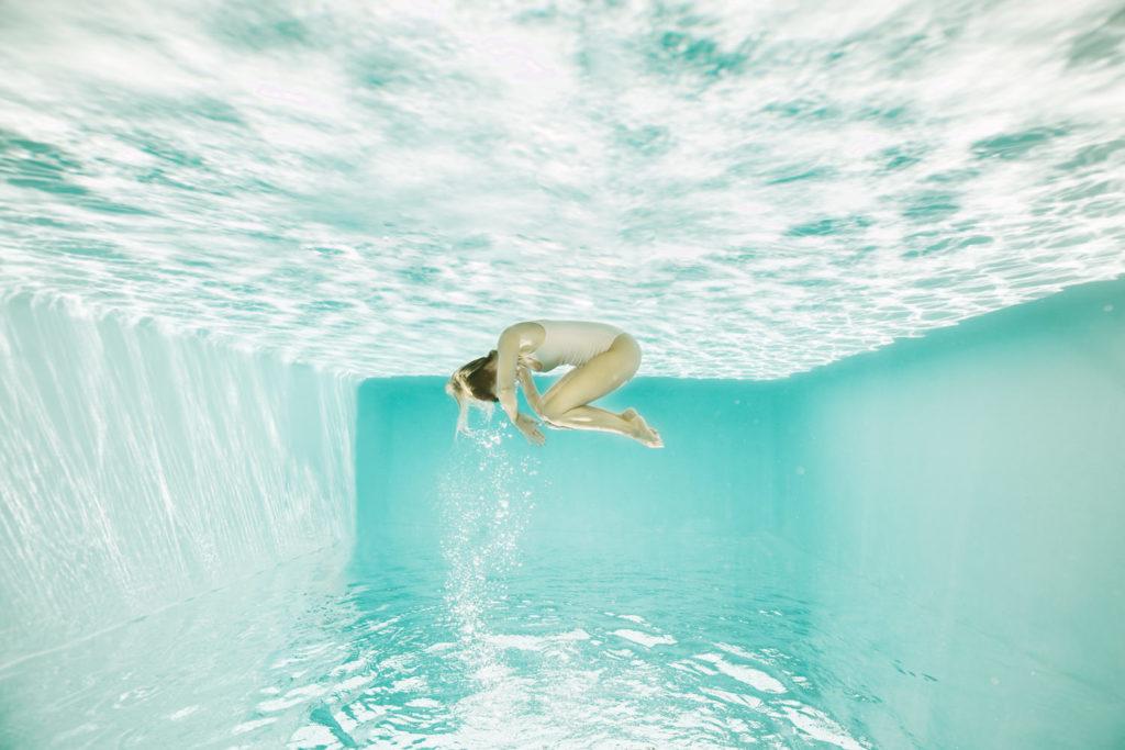 Photographe subaquatique portrait dans l'eau
