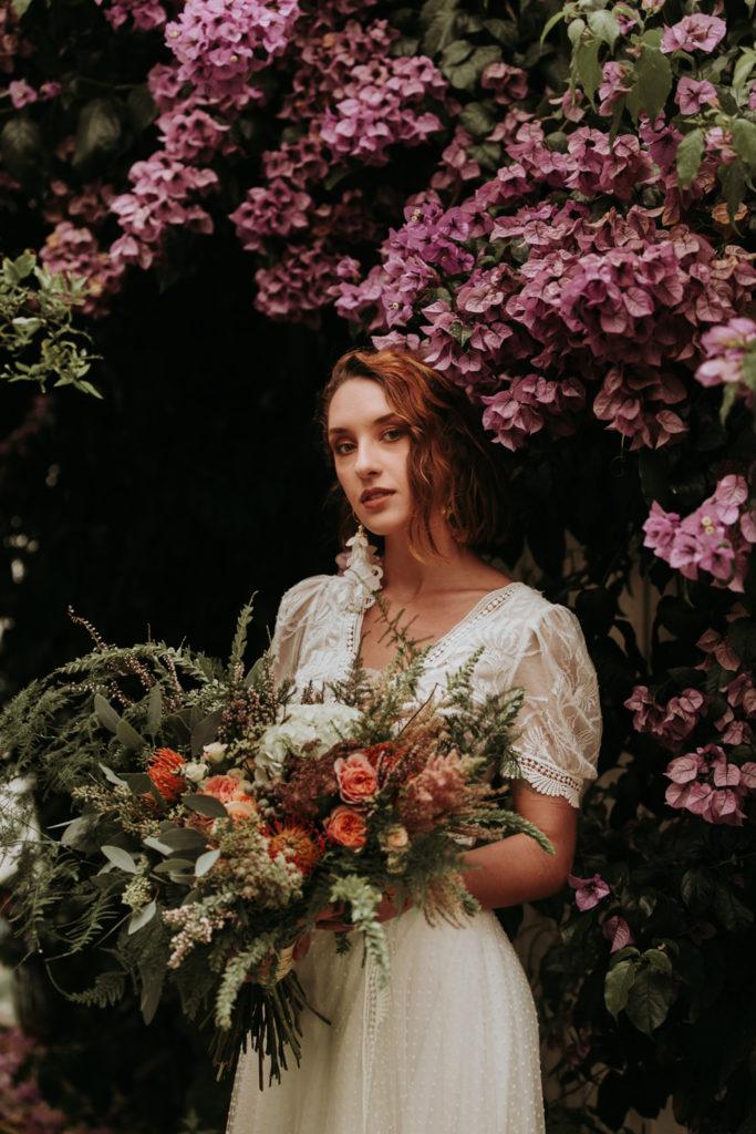 photo mariée à bordeaux avec bouquet de fleurs sauvage et romantique