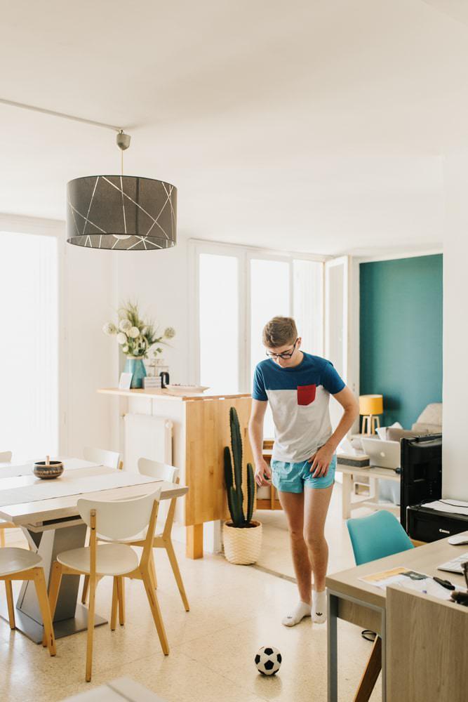 photographe adolescent qui joue dans le salon