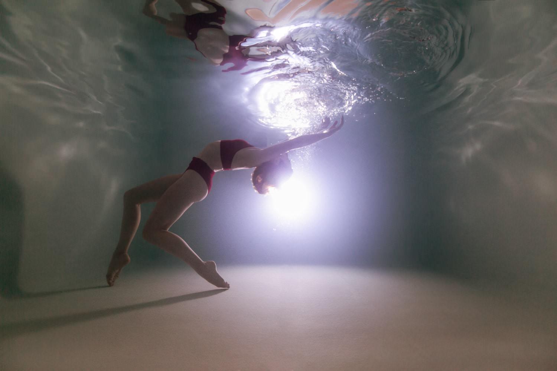 photo femme sous l'eau en piscine