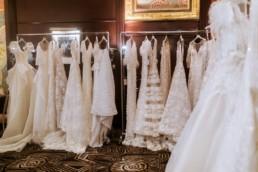boutique robe de mariage à new york, central park à l'hôtel marriott. robes de mariées sur ceinture dans show room