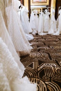 portant de robe de mariés dans la boutique de l'hôtel marriott de new york