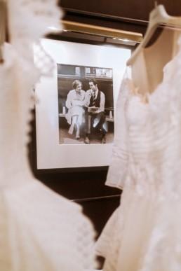 ancienne photo de mariage dans la boutique de robe de mariée de gémy maalouf à Manhattan
