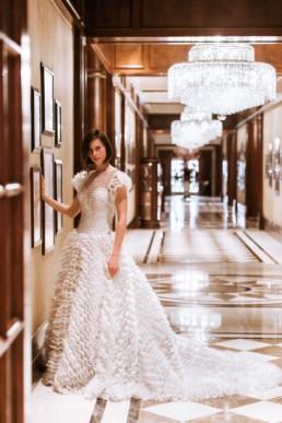 future mariée qui fait des photos avant la cérémonie laïque à central park, new york