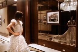 la mariée qui se regarde pendant les préparatifs du mariage. Robe de créateur en mousseline et diamant