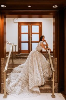 mariée sur les escaliers de l'hôtel de luxe central park