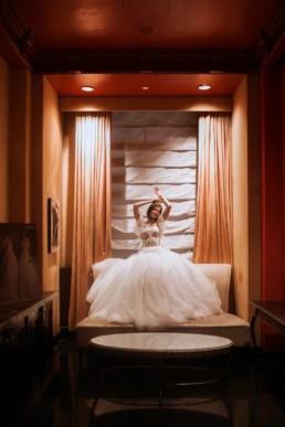 mariée assise dan le salon d'essayage de gemy maalouf