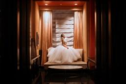 photo de la mariée dans sa chambre d'hôtel pendant les préparatifs du mariage a new york