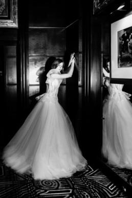 photo en noir et blanc robe de mariage en tulle et dentelle