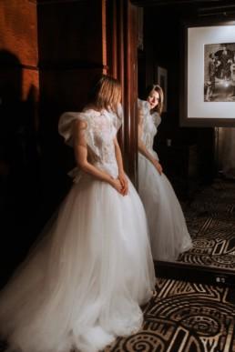 robe de mariée gemy maalouf à l'hôtel marriott de central park à new york. Robe structuré sur les épaules, avec dentelles et tulle
