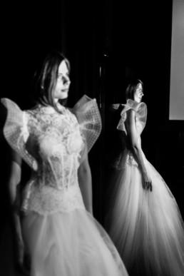reflet de la mariée dans le miroir avant la cérémonie laïque à new york