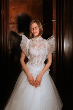 portrait de la mariée avec robe de mariage transparente en dentelle, avec épaule à volant et jupe en tulle
