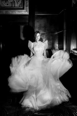 mouvement jupe de mariage en tulle. photo en noir et blanc robe de mariée