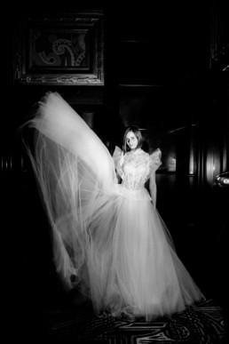 robe de mariée dans l'hôtel de luxe de Manhattan à cote de central park. Robe à épaules en dentelles et jupe en tulle