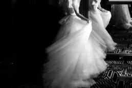 photo en noir et blanc du mouvement de la robe de mariage à new york