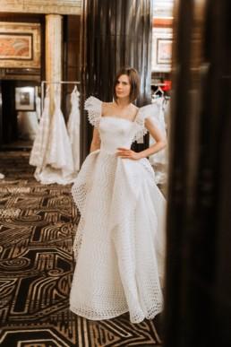 mariée qui prend la pose dans la boutique de robe de mariage à Manhattan