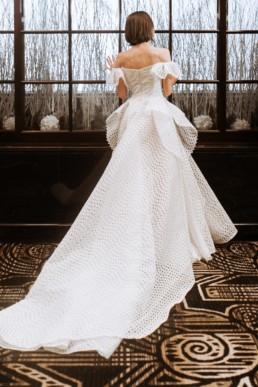 mariée de dos à la fenêtre de l'hôtel de luxe de new york. Création gemy maalouf nyc
