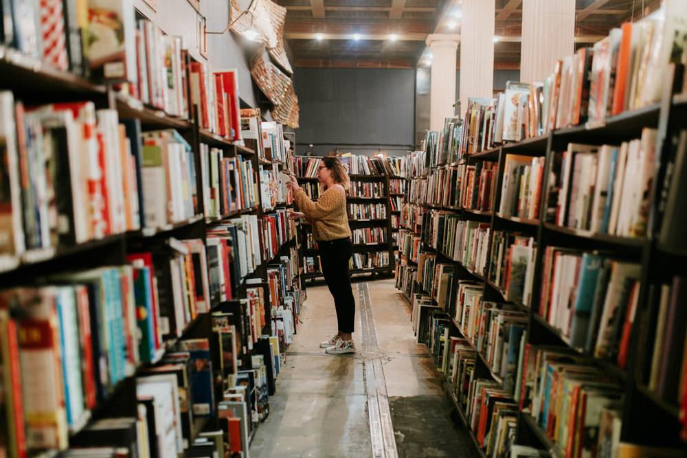 Portrait à la bibliothèque - Ludivine Photographe