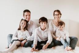 photo de famille à lavérune dans l'Hérault. Grande famille assis sur le lit