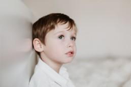 portrait d'un petit garçon pour un shooting photo famille. Roux aux yeux verts