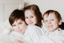 deux frères et une soeur qui posent pour une séance photo famille à Paris, fratrie