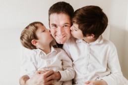 deux garçons qui font un bisous à leur papa durant un shooting photo famille a montpellier