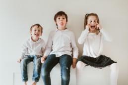 trois enfant qui font es grimaces pendant une séance photo à montpellier
