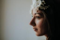 portrait en gros plan sur une tres belle femme brune couronne de fleur sur la tête