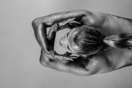 femme noir et blanc bras croisés vers le haut recouverte de paillette
