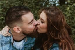 baiser fougeux sur la bouche. Smack d'un couple avec un barbu à montpellier