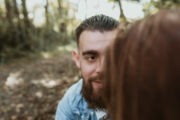 moitié de visage d'un homme barbu aux yeux marron pour un shooting couple dans la nature à montpellier