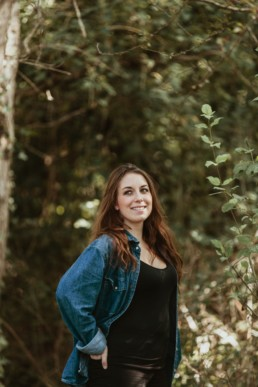 photo portrait femme cheveux long brune. Chemise en jeans bleu brut et t-shirt noir