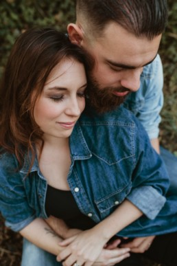 photo vue de dessus d'un couple qui se tiens dans les bras, les yeux fermés à montpellier