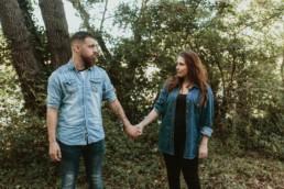 shooting photo dans la nature pour un couple de brun, lui barbu, elle cheveux long. Chemise en jeans. Bras tatoués à montpellier