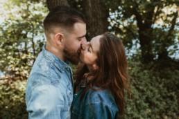 baiser vue d'en haut d'un couple. Homme barbu, chemise en jeans à montpellier