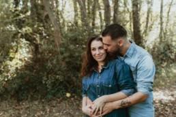 couple dans la campagne à montpellier qui se prend dans les bras et s'embrasse sur la joue