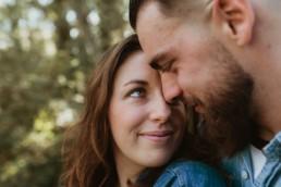 couple nez contre nez qui se regarde dans les yeux très amoureux à montpellier dans l'herault