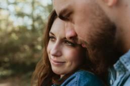 un couple front contre front, femme aux yeux marrons qui regarde au loin. couple amoureux de montpellier