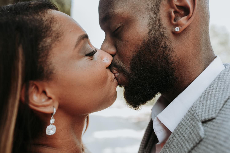 photo d'un baiser pour un couple black a saint-rem de provence