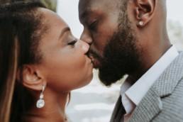 baiser d'un couple afro américain à saint remy de provence