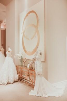 Boutique robe de mariage Kleinfeld à New York. Robe de mariée Kleinfeld sur mannequin de présentation