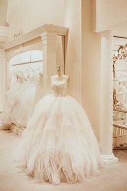 Robe de mariée pro,cesse, en tulle à plusieurs niveaux, avec bustier en strass et perles.