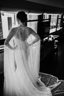 préparation de la mariée, une robe de mariage en soie avec une longue cape en sequin
