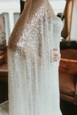 les détails d'une cape de mariage, longue a sequin, effet diamant