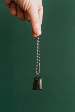 opale matrix rectangulaire, monté sur collier chaine en argent